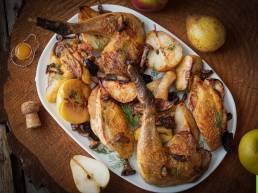 Pintade fermière des Landes au cidre, pommes et poires rôties et touche forestière aux petits champignons
