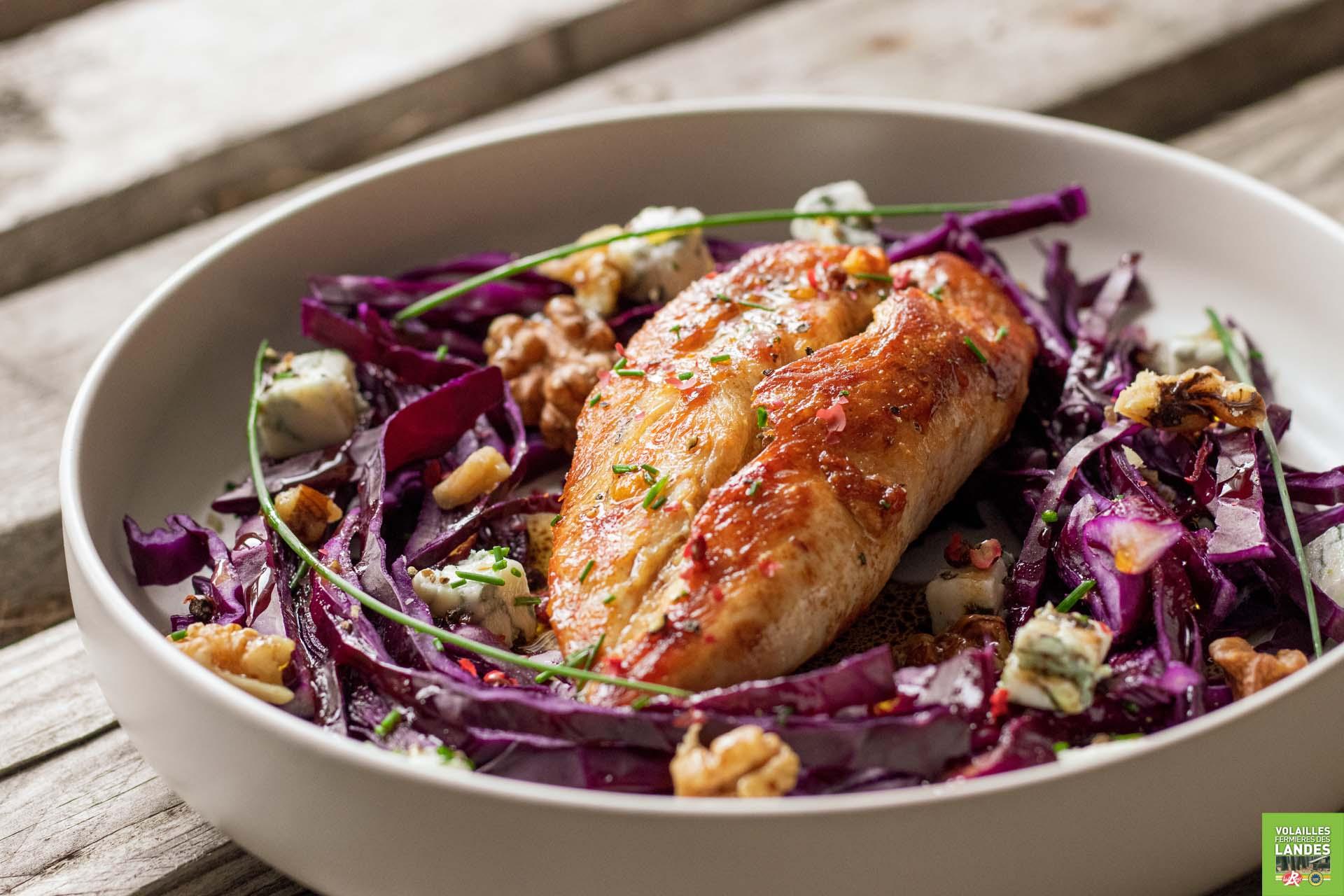 Salade de filets de Poulet Fermier des Landes, choux rouge, gorgonzola et noix